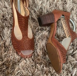 Clarks 9 barely worn sandals with heels brown